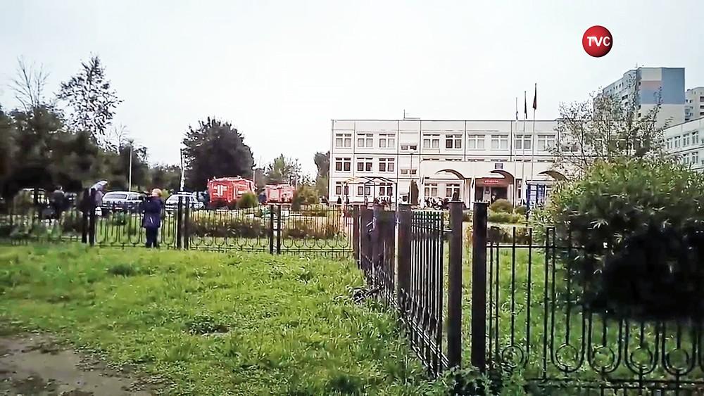 Экстренные службы возле школы в Ивантеевке, где произошла стрельба