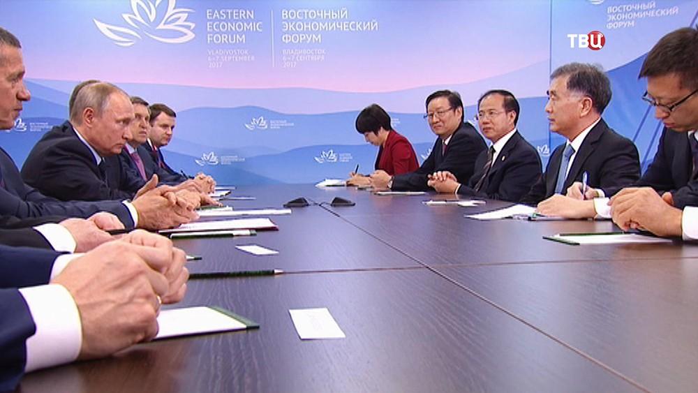 Президент России Владимир Путин и вице-премьер Госсовета Китая Ван Ян