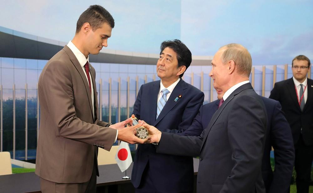 Владимир Путин и Синдзо Абэ во время передачи капсулы с посланием будущему поколению