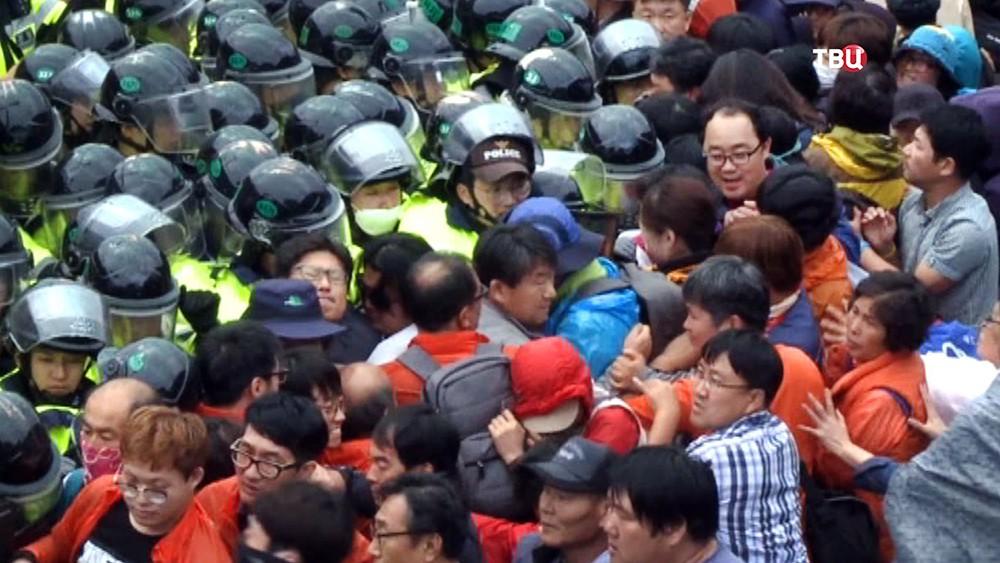 Столкновения с полицией в Южной Корее