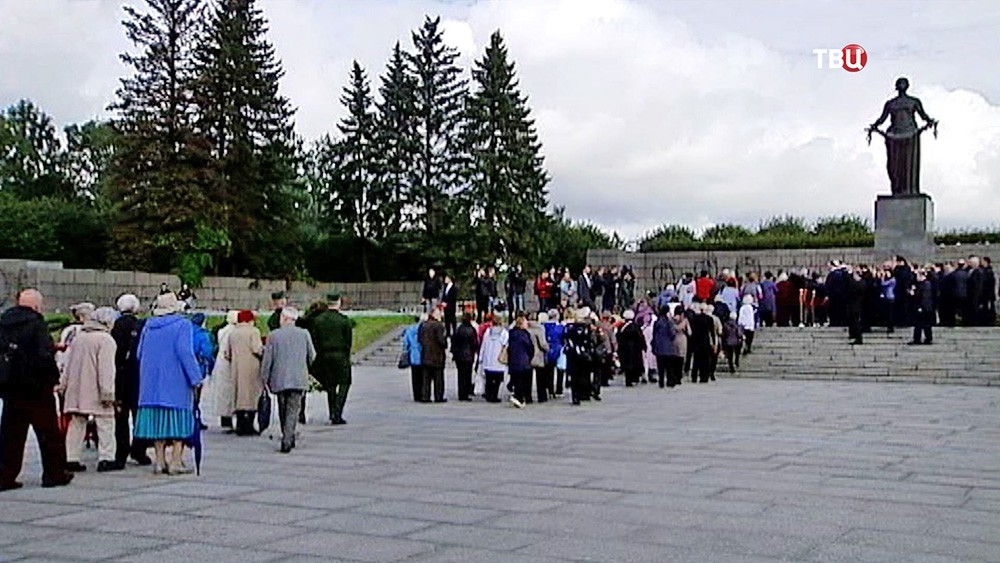 Жители Санкт-Петербурга на Пискаревском кладбище