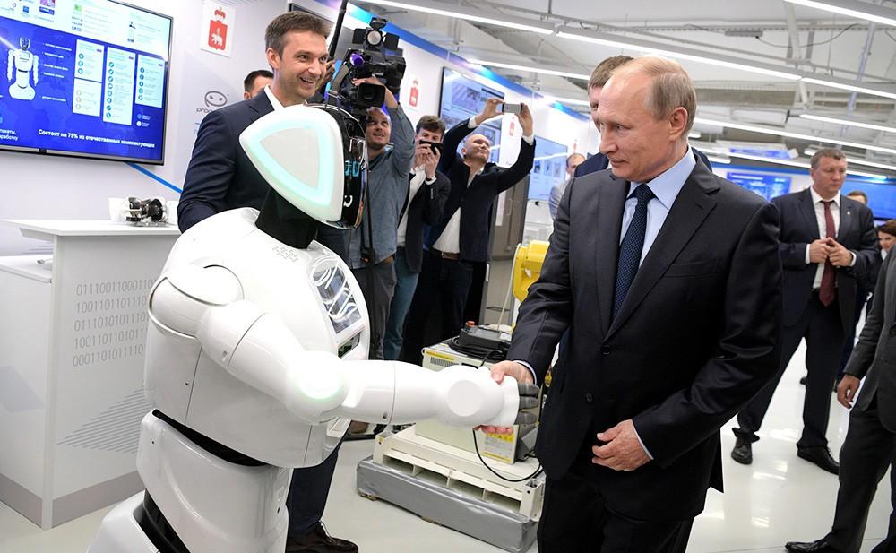 Президент России Владимир Путин посетил выставку Пермского информационно-технологического кластера