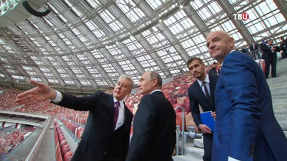"""Владимир Путин, Сергей Собянин и Джанни Инфантино осматривают стадион """"Лужники"""""""