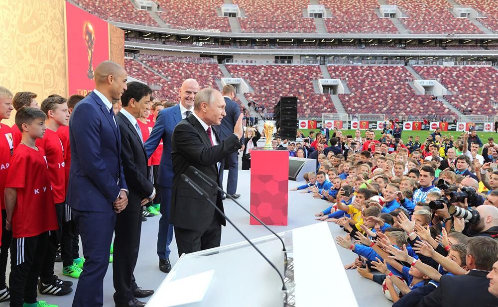 Владимир Путин и Джанни Инфантино на церемонии старта тура Кубка чемпионата мира по футболу 2018 года