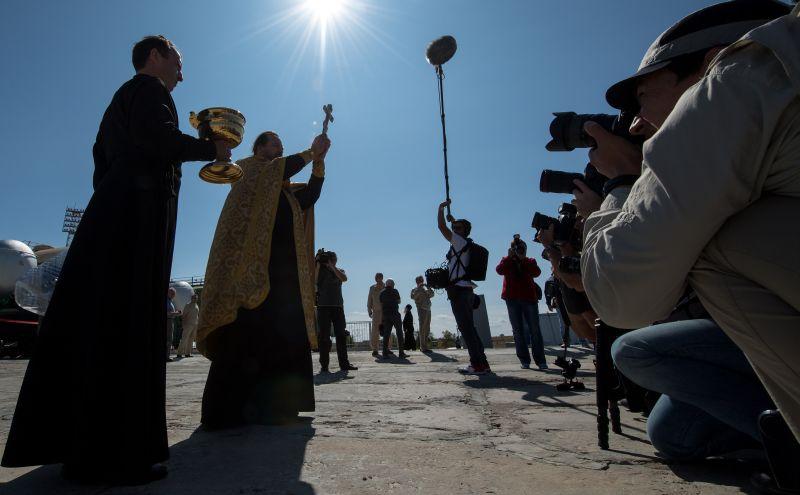 """Cвященник освящяет ракету на """"Байконуре"""""""