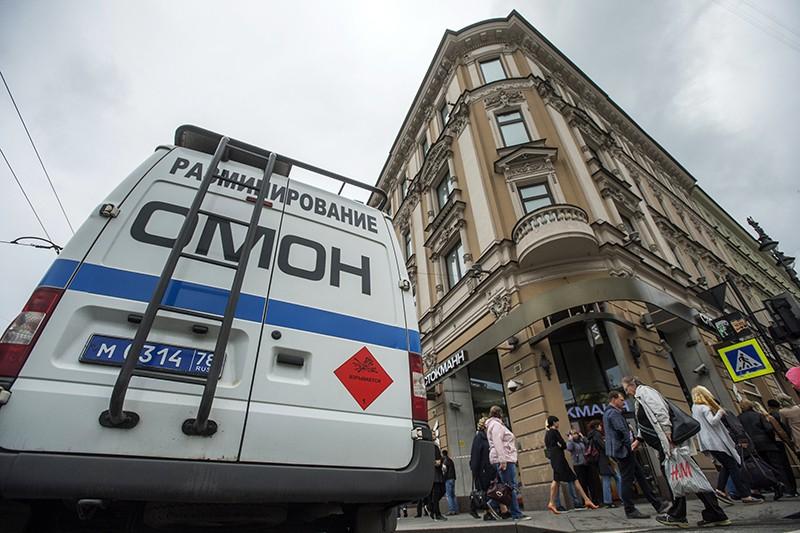 Оперативные службы проверяют поступившую информацию о минировании зданий и торговых центров Санкт-Петербурга