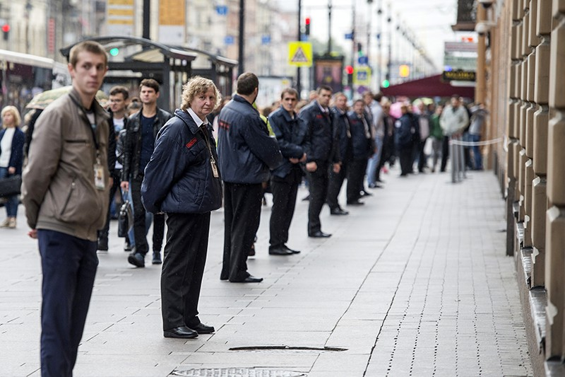 Сотрудники охраны стоят в кордоне в центре Санкт-Петербурга