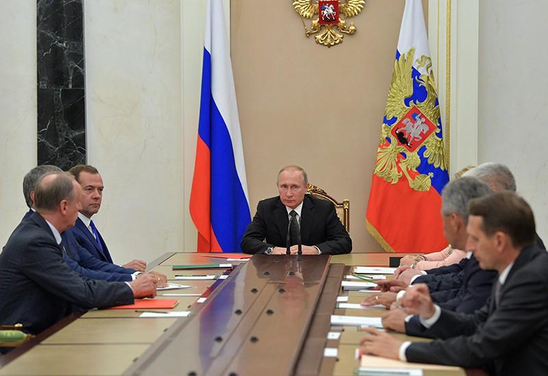 Владимир Путин проводит заседание с постоянными членами Совета безопасности России