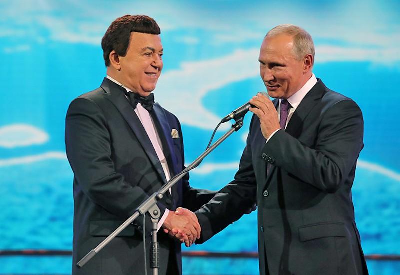 Президент РФ Владимир Путин перед началом торжественного вечера народного артиста СССР Иосифа Кобзона
