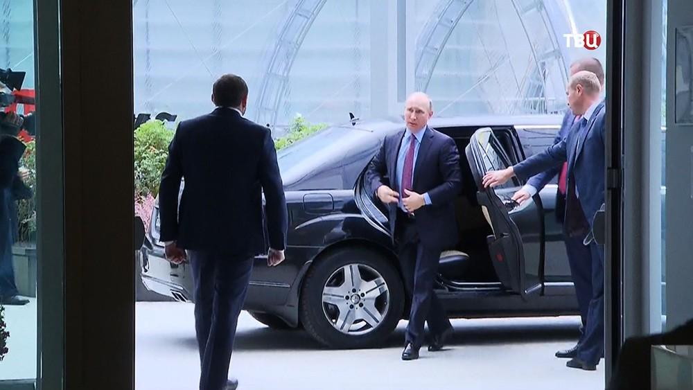 Президент России Владимир Путин выходит из автомобиля