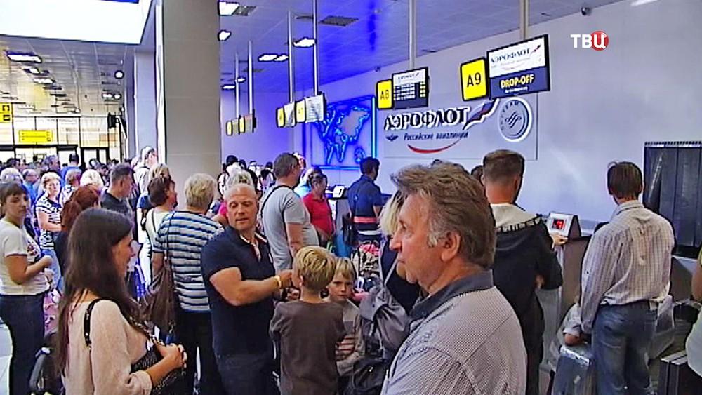 Пассажиры в аэропорту в Симферополе