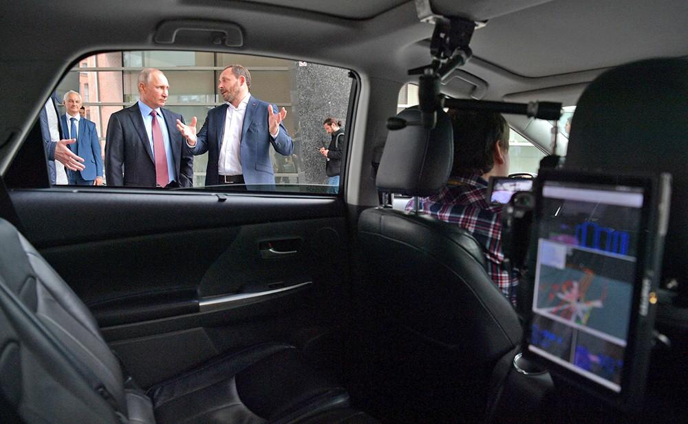 """Владимир Путин осмотрел беспилотный автомобиль IT-компании """"Яндекс"""""""
