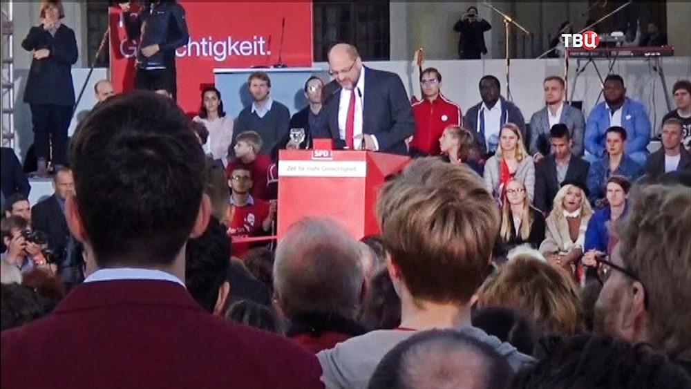 Мартин Шульц выступает на митинге