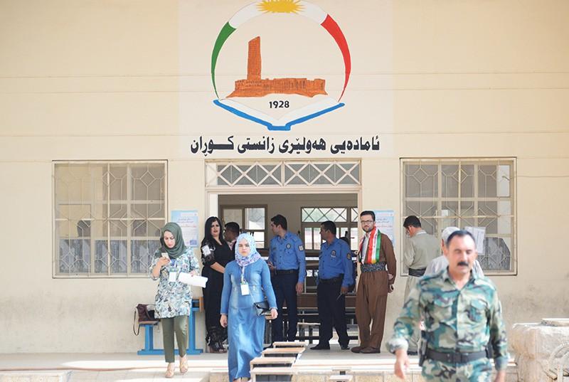 Вход на избирательный участок в одной из школ в городе Эрбиль, где проходит референдум о независимости Иракского Курдистана