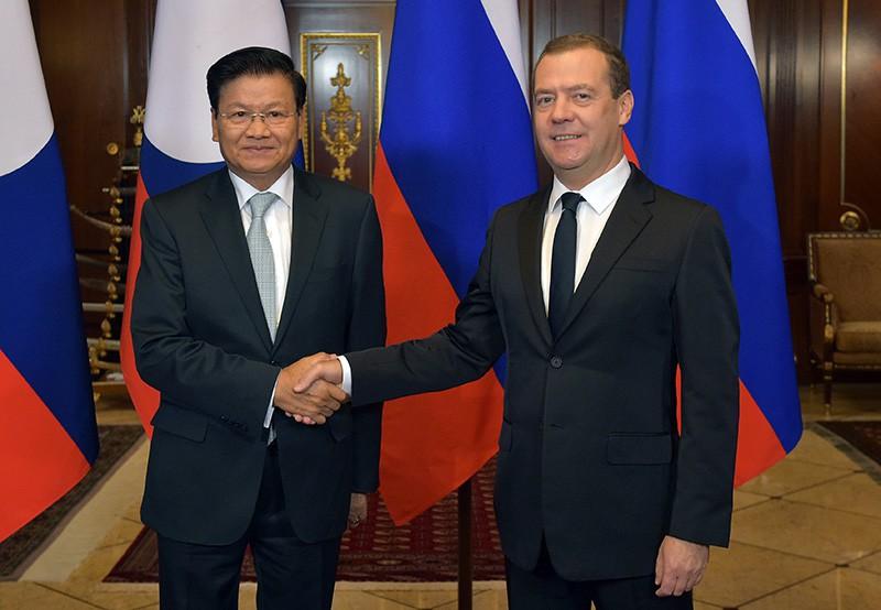 Председатель правительства России Дмитрий Медведев и премьер-министр Лаоса Тхонглун Сисулит