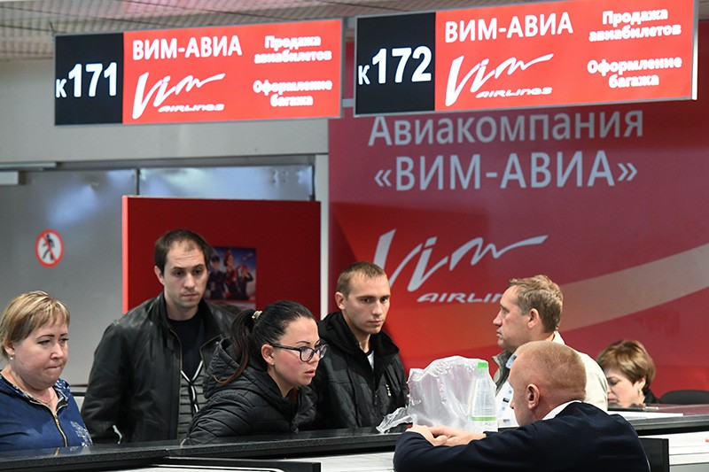 "Пассажиры у стойки авиакомпании ""ВИМ-Авиа"""