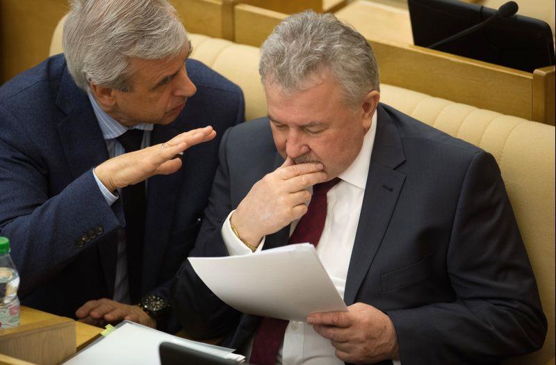 Депутаты Вячеслав Лысаков (слева) и Евгений Москвичев