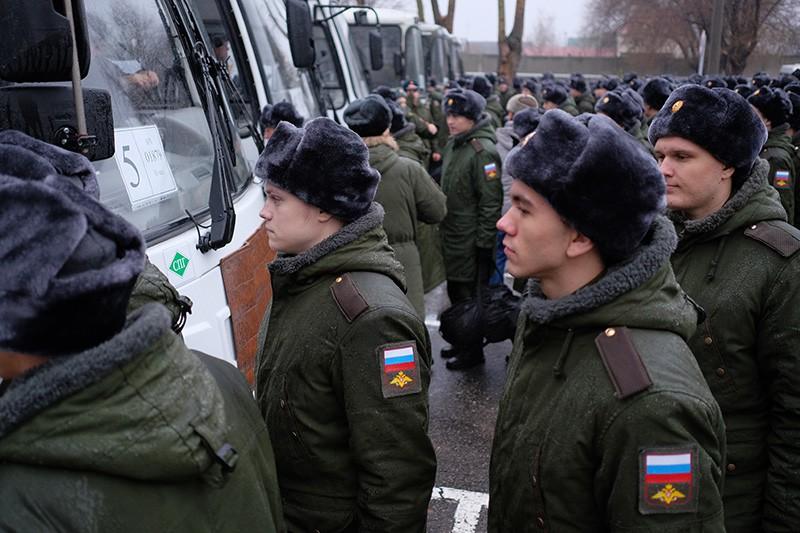 Призывники в сборном пункте военного комиссариата