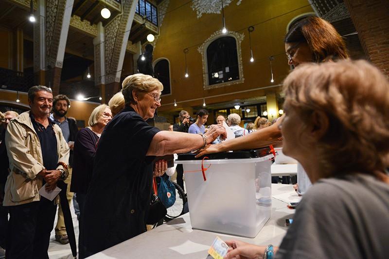 Голосование на избирательном участке в Барселоне во время референдума о независимости Каталонии