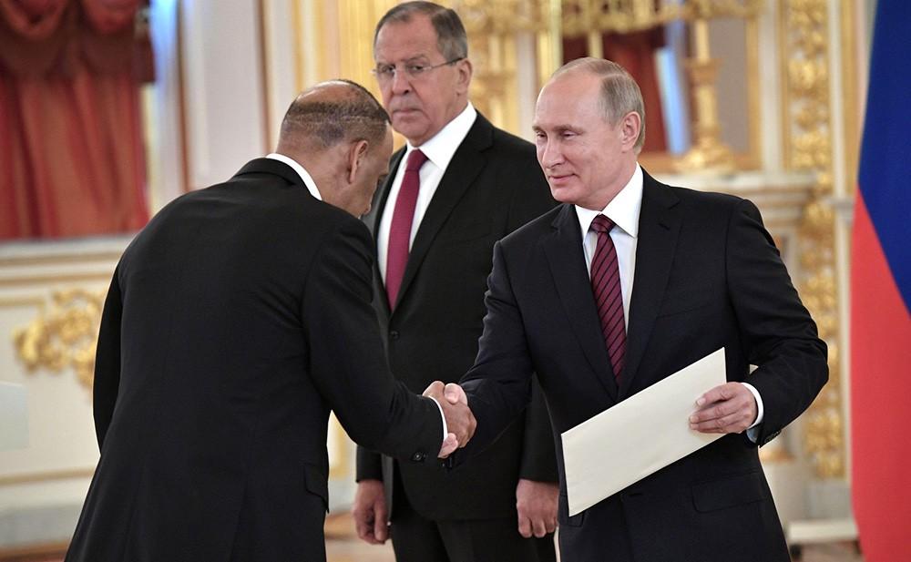 Верительную грамоту Президенту России вручает посол Доминиканской Республики Хосе Мануэль Кастильо Бетансес