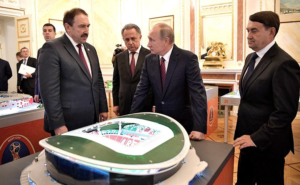 Владимир Путин во время осмотра выставки, посвящённой подготовке стадионов и аэропортов городов-хозяев к проведению чемпионата мира по футболу FIFA 2018 года