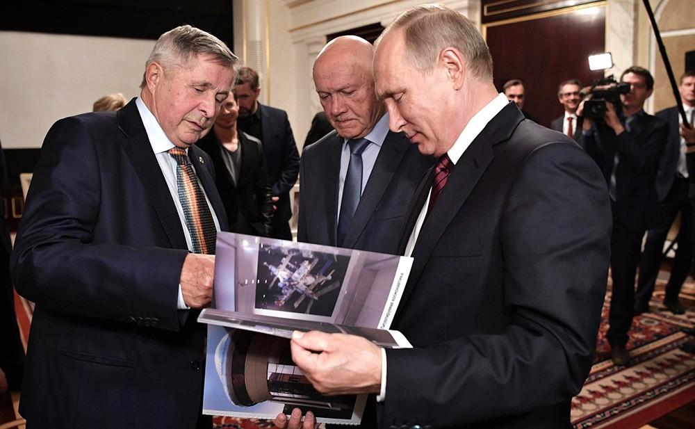 Владимир Путин и космонавты – участники экспедиции 1985 года Владимир Джанибеков (справа) и Виктор Савиных