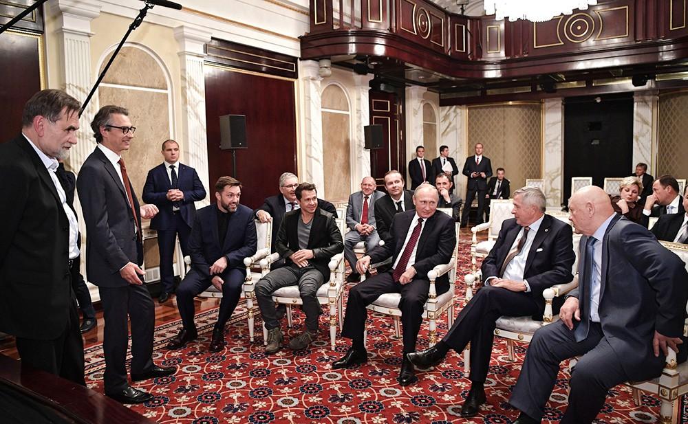 """Владимир Путин на встрече со съемочной группой фильма """"Салют-7"""""""