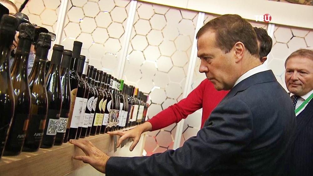 Дмитрий Медведев осматривает стенд винодельческого предприятия на агропромышленной выставке