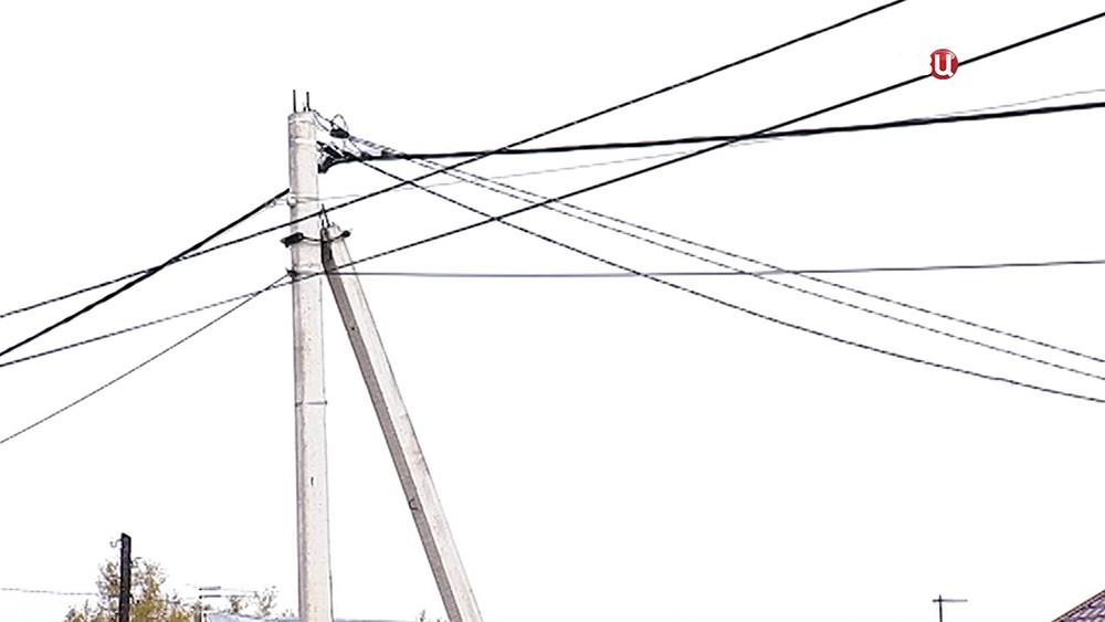 Электрики отключают ток у должника