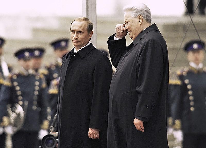 Президент РФ Владимир Путин и первый Президент РФ Борис Ельцин стоят на Красном крыльце в день инаугурации В. Путина
