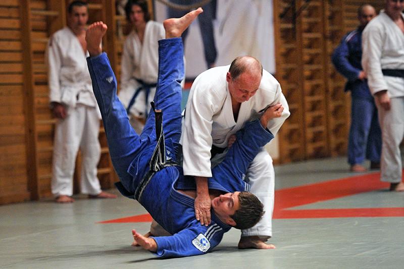 Владимир Путин проводит тренировку по дзюдо