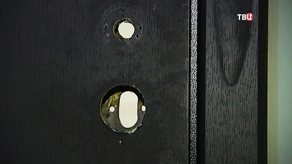 Взломанный замок двери
