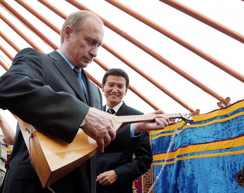 Президент России Владимир Путин во время осмотра традиционного калмыцкого жилища – юрты
