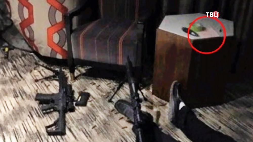 Мертвый стрелок из Лас-Вегаса Стивен Пэддок в номере отеля откуда вел стрельбу