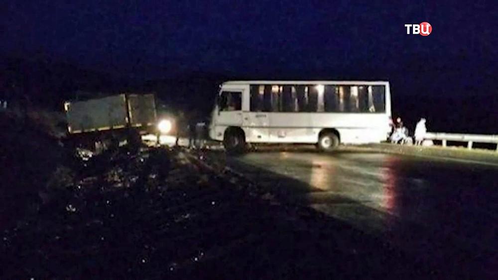 Последствия ДТП с участием автобуса и грузовика