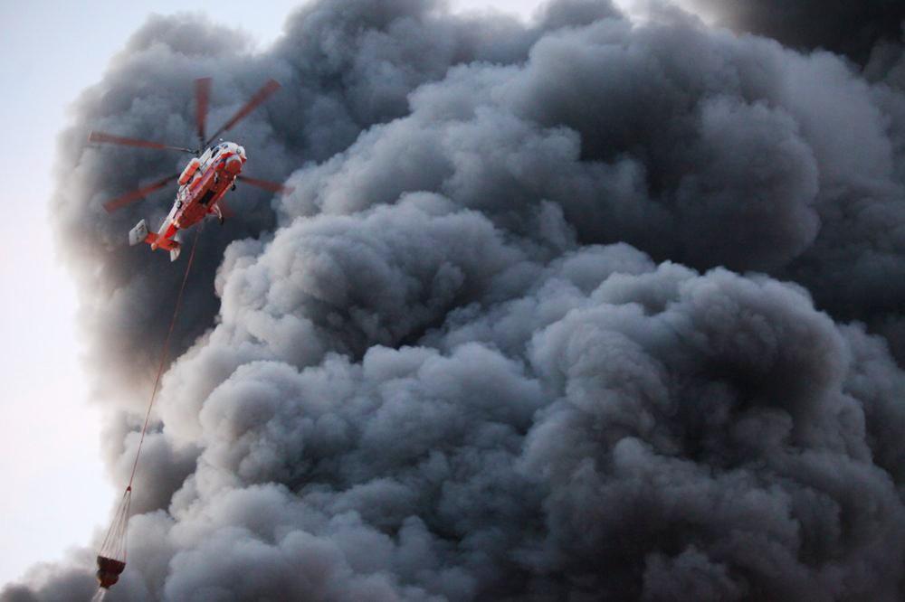 Пожарный вертолет тушит возгорание