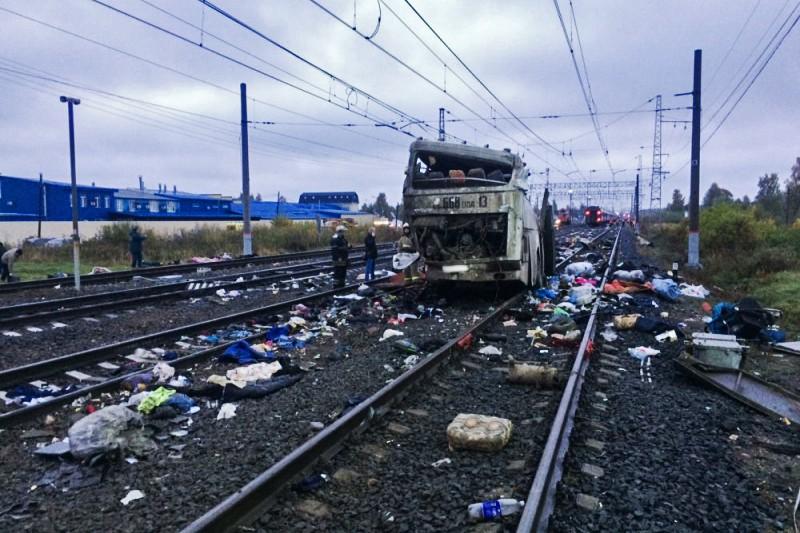 Фрагмент пассажирского автобуса, столкнувшегося c поездом на железнодорожном переезде неподалеку от станции Покровка во Владимирской области