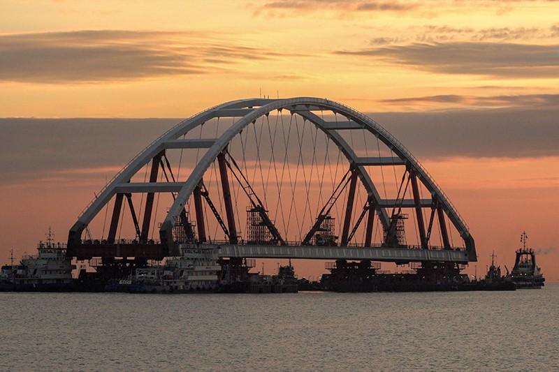 Транспортировка автодорожной арки на специальных плавучих опорах к фарватеру Крымского моста в Керченском проливе