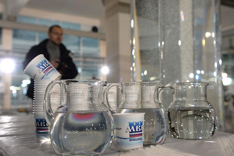 Образец очищенной питьевой воды на Рублевской станции водоподготовки в Москве