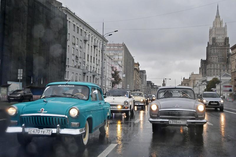 """Автомобили ГАЗ-21 """"Волга"""" во время пробега по улицам Москвы в рамках закрытия летнего ретросезона"""