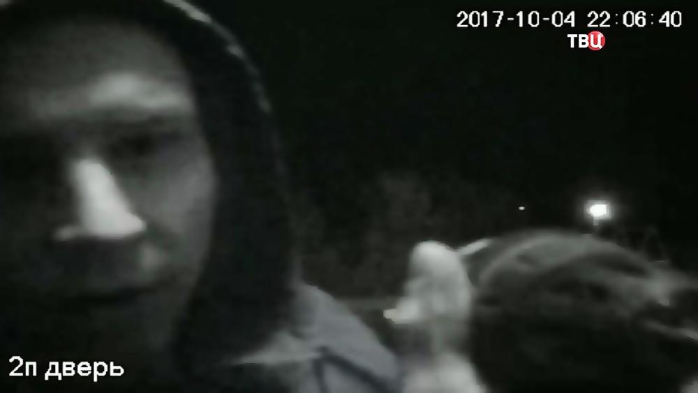 Злоумышленник на видеокадрах камеры домофона