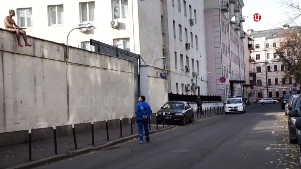 Пётр Павленский на здании Центра судебной психиатрии им. Сербского