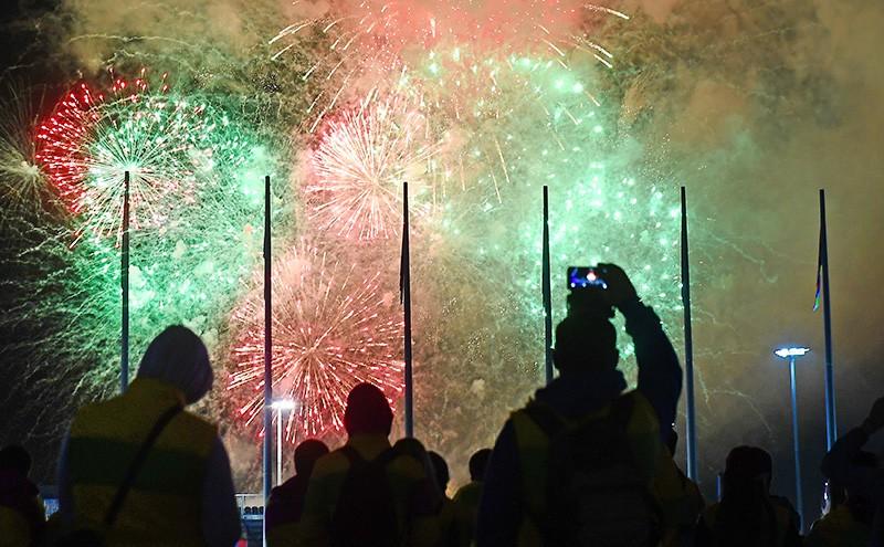 Праздничный салют над Олимпийским парком в честь закрытия Всемирного фестиваля молодёжи и студентов в Сочи