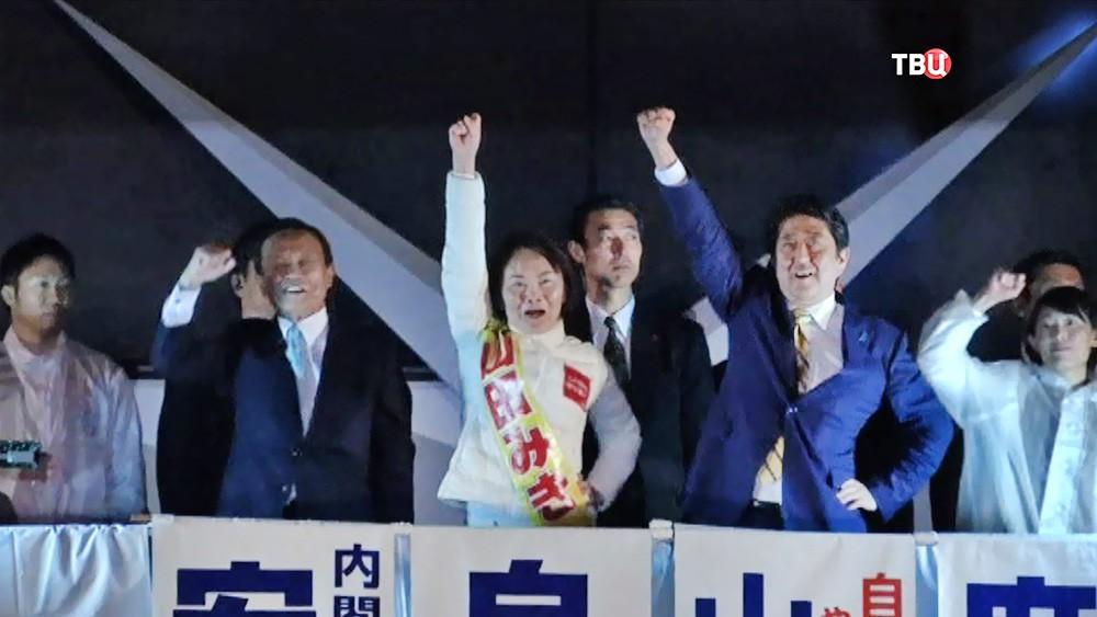 Министр финансов Японии Таро Асо, кандидат от Либерально-демократической партии (ЛДП) Мики Ямада и премьер-министр Японии Синдзо Абэ во время предвыборной кампании