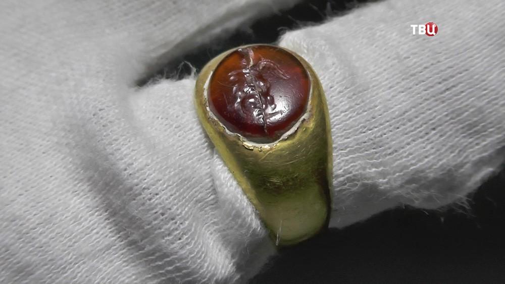 Археологическая находка. Золотое кольцо с красным камнем