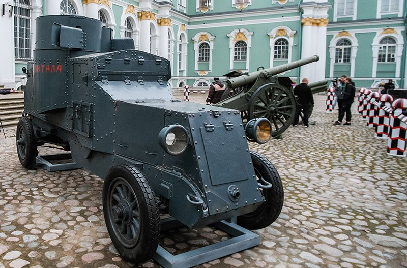 """Броневик """"Враг капитала"""", установленный в Большом дворе Государственного Эрмитажа в Санкт-Петербурге"""