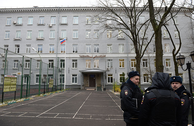 Сотрудники полиции у здания политехнического колледжа №4