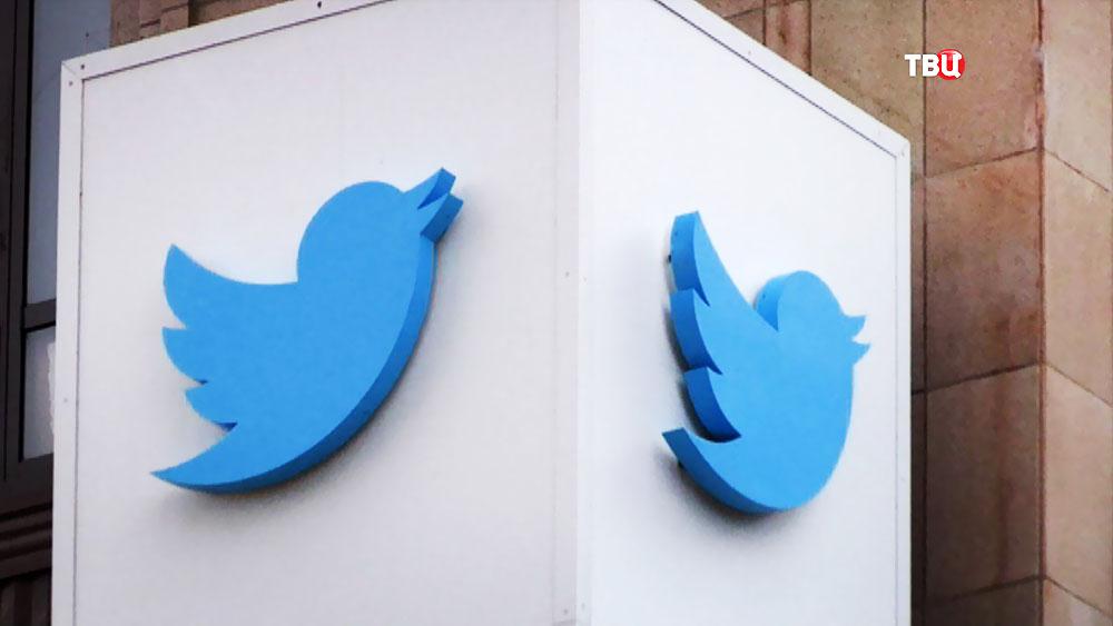 Логотип соцсети Twitter на здании штаб-квартиры