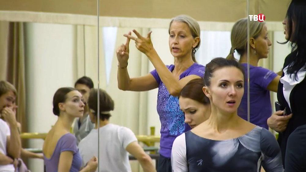 Ассистента хореографа Килиана Лорейн Блуан на репетиции