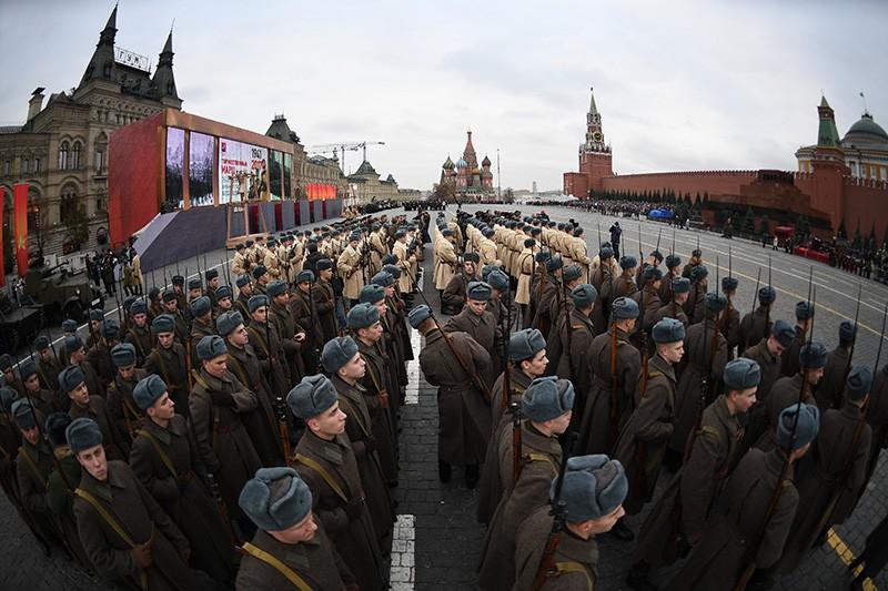 Военнослужащие перед началом марша, посвященного 76-й годовщине военного парада 1941 года